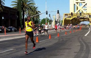 Chipangama performs a completely unnecessary shoulder check as he races to the finish at Sactown 10. (SRN photo)